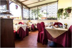 A restaurant or other place to eat at B&B Degli Amici