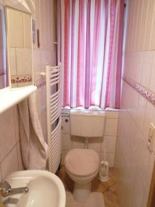 A bathroom at Ferienzimmer