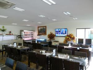 A restaurant or other place to eat at Chinchilla Tourist Park