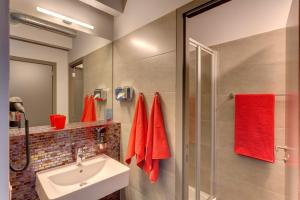 A bathroom at MEININGER Hotels Bruxelles City Center