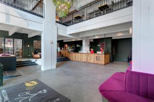 The lobby or reception area at MEININGER Hotels Bruxelles City Center