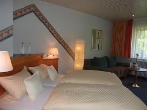 Ein Bett oder Betten in einem Zimmer der Unterkunft Landhotel Mühle zu Gersbach