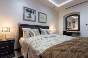 A bed or beds in a room at Pearl Apartments