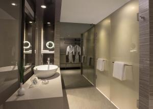 A bathroom at Carlton Hotel Singapore (SG Clean)