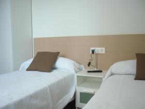 Cama o camas de una habitación en Pensión-Albergue Puente Ribeira