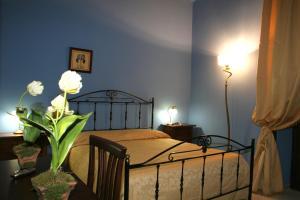 A bed or beds in a room at Sorella Luna