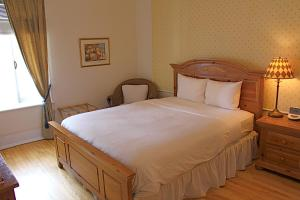 A bed or beds in a room at Hotel Relais Charles-Alexandre