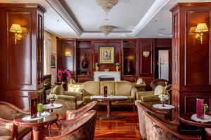 The lounge or bar area at Hotel President Solin