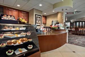 Ein Restaurant oder anderes Speiselokal in der Unterkunft Embassy Suites Buffalo