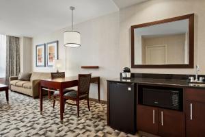 Küche/Küchenzeile in der Unterkunft Embassy Suites Buffalo