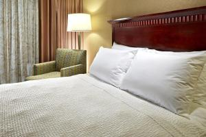 A bed or beds in a room at Portofino Inn and Suites Anaheim Hotel