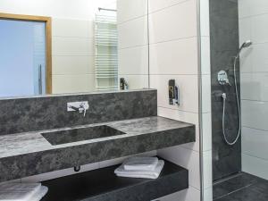 A bathroom at Hotel und Gästehaus Kreuz