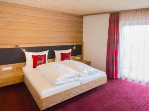 A bed or beds in a room at Hotel und Gästehaus Kreuz