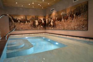 Bazén v ubytování La Clef des Champs nebo v jeho okolí