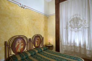 A bed or beds in a room at Chiaja Hotel de Charme