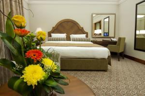 سرير أو أسرّة في غرفة في فندق أيلا