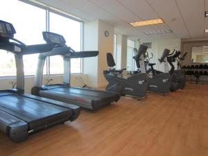 The fitness center and/or fitness facilities at University Plaza Waterfront Hotel
