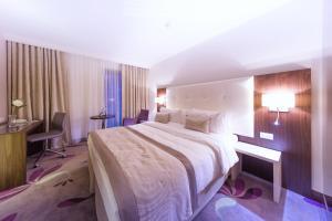 Un pat sau paturi într-o cameră la Hotel Transilvania