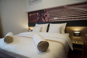 سرير أو أسرّة في غرفة في فندق الهرسك