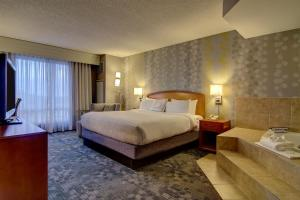 A bed or beds in a room at Courtyard by Marriott Tysons McLean