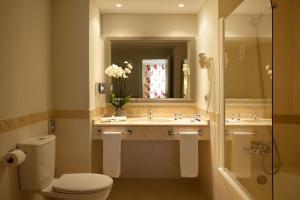 Ett badrum på Marinas de Nerja Beach & Spa
