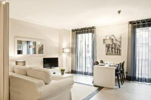 A seating area at Up Suites Bcn