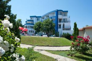 Градина пред Merlin Club Hotel