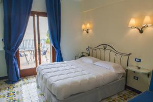 A bed or beds in a room at Hotel Cetus