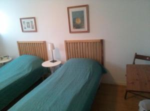En eller flere senge i et værelse på Acacia House B&B