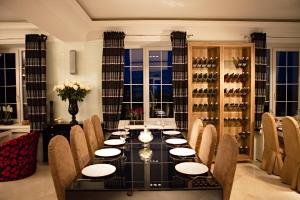 A restaurant or other place to eat at Maxim Pasha Hotel