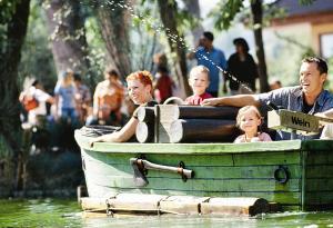 Een gezin dat verblijft bij Erlebnispark Tripsdrill Natur-Resort