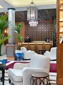 El salón o zona de bar de Boutique Hotel H10 Villa de la Reina