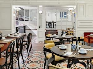 Un restaurante o sitio para comer en Boutique Hotel H10 Villa de la Reina
