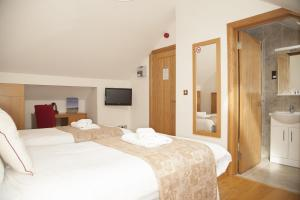 A bed or beds in a room at Somerfield Lodge