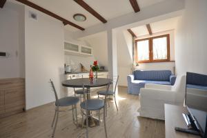 A seating area at Poduszka Apartamenty Zielony Dom
