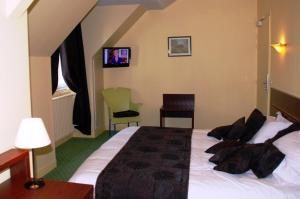 A bed or beds in a room at The Originals City, Hôtel Cathédrale, Lisieux (Inter-Hotel)