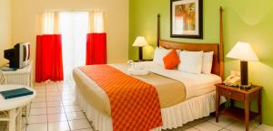 A bed or beds in a room at Bay Gardens Inn
