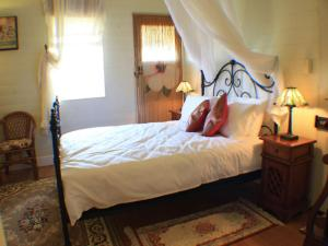 A bed or beds in a room at Classique Bed & Breakfast