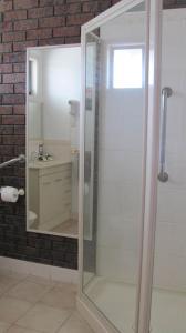 A bathroom at Bristol Hill Motor Inn & Peppa's Licensed Restaurant
