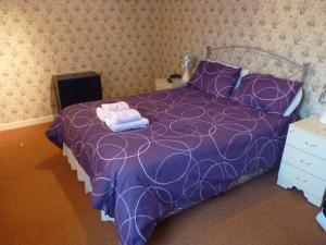 A bed or beds in a room at Cambridge House Hotel