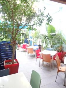 A restaurant or other place to eat at Parrots Sitges Hotel
