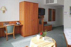 A television and/or entertainment center at Hotel Zum Schiff