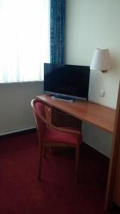 A television and/or entertainment centre at Hotel Berliner Ring