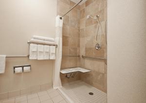 A bathroom at Hampton Inn Decatur/Forsyth