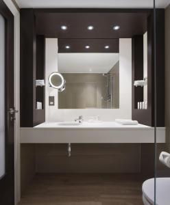 A bathroom at Radisson Blu Hotel, Edinburgh City Centre