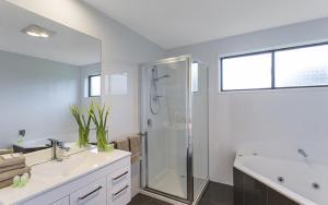 A bathroom at Best Western Colonial Village Motel