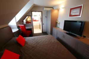 A television and/or entertainment centre at Garni Hotel Leopold I