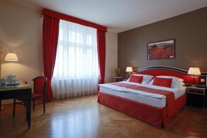Кровать или кровати в номере Elysee Hotel