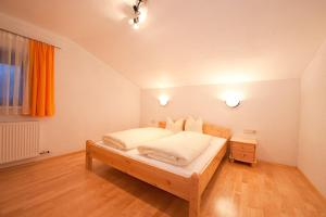 A bed or beds in a room at Pension Kristall