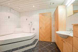 A bathroom at Pension Kristall